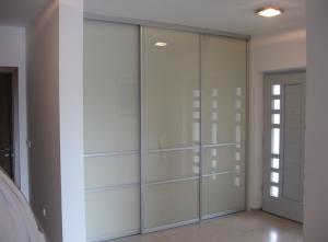 3 prednosti garderobne omare z drsnimi vrati napram krilnim vratom