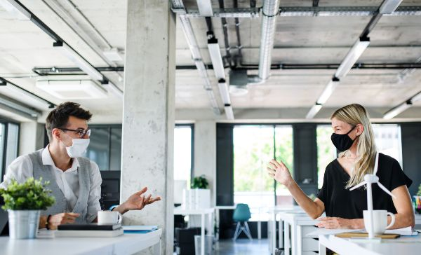 zaščitna maska lahko povzroči suha usta, kot pri sodelavcih, ki se preveč pogovarjata